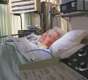 Mujer mayor dormida en cama de hospital Imagen de archivo