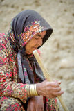 Mujer mayor el iraní en una bufanda imagen de archivo