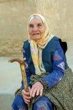 Mujer mayor el iraní en una bufanda fotos de archivo libres de regalías