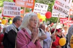 Mujer mayor en acontecimiento contra matrimonio homosexual fotos de archivo libres de regalías