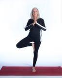 Mujer mayor en actitud de la yoga Imagenes de archivo