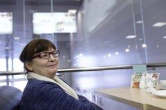 Mujer mayor en café Imagenes de archivo