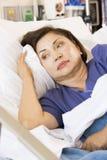 Mujer mayor en cama de hospital Fotos de archivo