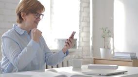 Mujer mayor en choque mientras que usando Smartphone metrajes