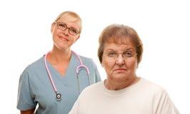 Mujer mayor en cuestión con el doctor Behind imagen de archivo libre de regalías