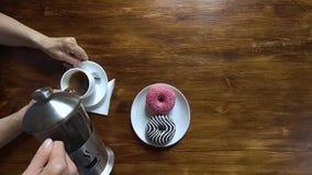Mujer mayor en el café de colada en su taza, visión superior, vídeo del café y de la camarera del hd de la cámara lenta metrajes