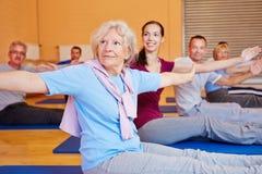 Mujer mayor en el entrenamiento posterior Imagenes de archivo