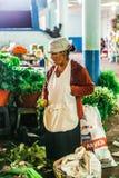 Mujer mayor en el mercado de la ciudad Puyo en Ecuador imagenes de archivo