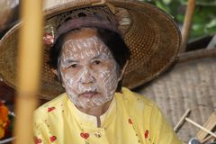 Mujer mayor en el mercado flotante, Damnoen Saduak, Tailandia imágenes de archivo libres de regalías