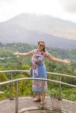 Mujer mayor en el paisaje de la montaña de la isla tropical de Bali, Indonesia Imagen de archivo
