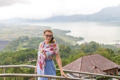 Mujer mayor en el paisaje de la montaña de la isla tropical de Bali, Indonesia Foto de archivo