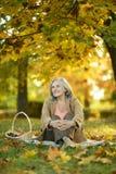 Mujer mayor en el parque Imagenes de archivo