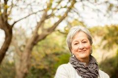 Mujer mayor en el parque fotografía de archivo libre de regalías