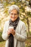 Mujer mayor en el parque imagen de archivo