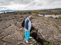 Mujer mayor en el parque nacional de Thingvellir - Islandia Foto de archivo
