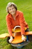 Mujer mayor en el patio fotos de archivo libres de regalías