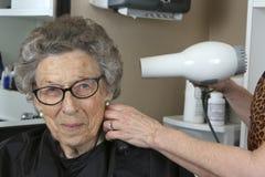 Mujer mayor en el salón de belleza Imagenes de archivo