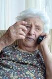 Mujer mayor en el teléfono Fotos de archivo libres de regalías