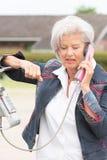 Mujer mayor en el teléfono imagenes de archivo