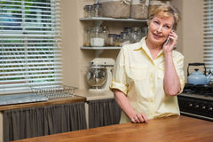 Mujer mayor en el teléfono Imágenes de archivo libres de regalías