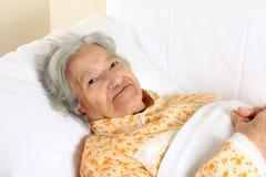 Mujer mayor en la cama de hospital Imágenes de archivo libres de regalías