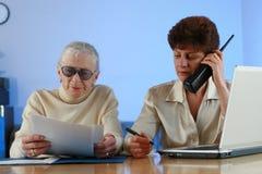 Mujer mayor en la cita Imagen de archivo libre de regalías