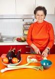 Mujer mayor en la cocina Imagenes de archivo