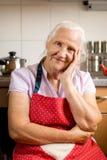 Mujer mayor en la cocina Fotografía de archivo libre de regalías
