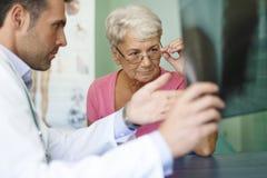 Mujer mayor en la oficina del doctor Fotos de archivo
