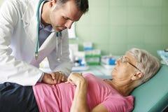 Mujer mayor en la oficina del doctor Imagen de archivo libre de regalías