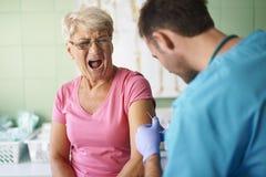 Mujer mayor en la oficina del doctor Imagenes de archivo