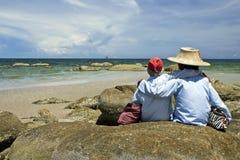 Mujer mayor en la playa Fotos de archivo libres de regalías