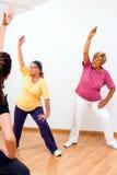 Mujer mayor en la sesión aerobia Fotos de archivo