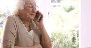 Mujer mayor en llamada de teléfono almacen de video