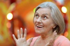 Mujer mayor en parque Imágenes de archivo libres de regalías