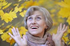 Mujer mayor en parque Imagenes de archivo