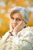 Mujer mayor en parque Foto de archivo libre de regalías