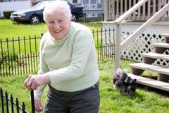 Mujer mayor en patio trasero Fotos de archivo