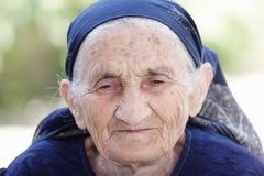 Mujer mayor en pensamientos fotografía de archivo