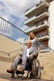 Mujer mayor en sillón de ruedas Fotos de archivo