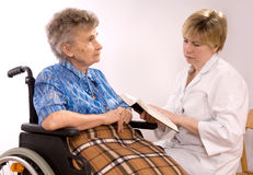 Mujer mayor en sillón de ruedas Foto de archivo libre de regalías