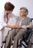 Mujer mayor en sillón de ruedas Imagenes de archivo