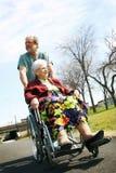 Mujer mayor en sillón de ruedas imagen de archivo