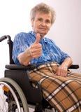 Mujer mayor en sillón de ruedas Imagen de archivo libre de regalías
