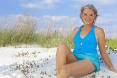Mujer mayor en traje de natación en la playa imagen de archivo libre de regalías