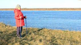 mujer mayor en un paseo El caminar nórdico metrajes