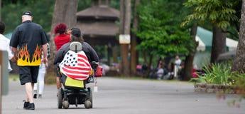 Mujer mayor en un sillón de ruedas imagenes de archivo