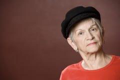 Mujer mayor en un sombrero griego de la pesca Foto de archivo libre de regalías