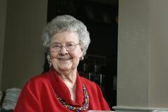 Mujer mayor en una cafetería Fotografía de archivo libre de regalías