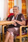 Mujer mayor en una clínica de reposo Foto de archivo libre de regalías